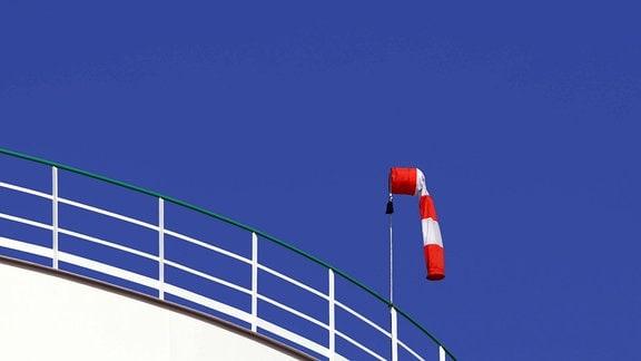 Windsack auf einem Dach