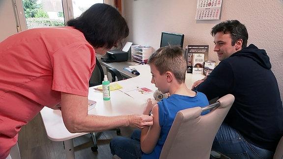 ein Junge hat eine Impfung bekommen