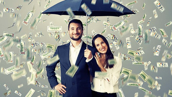 Ein Paar unter Geld-Regen