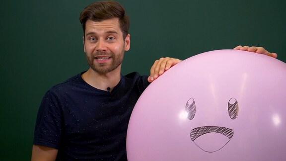 Mann mit Ballon