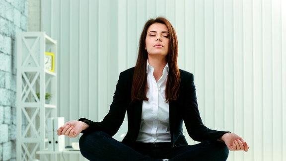 Eine Frau beim Yoga im Homeoffice