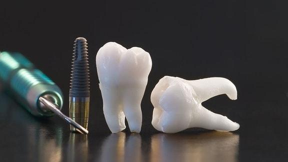 Menschliche Zähne und Zahnarztinstrumente