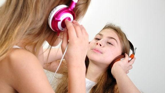 Zwei Mädchen mit Kopfhörern