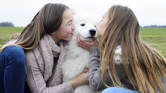 Zwillinge mit Hund