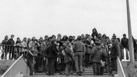 Menschen stehen am oberen Ende einer Treppe
