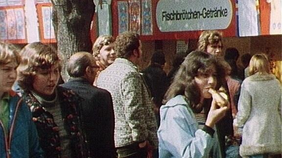 Besucher des Marktfest vor einer Imbissbude im Jahr 1979