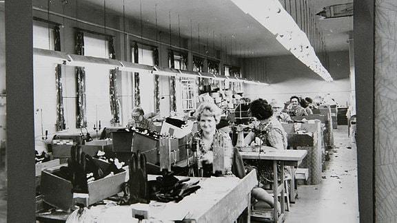 Mitarbeiterinnen der Handschuhfabrik bei der Arbeit in den 80er Jahren
