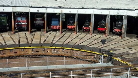 Stellwerk des Ringlokschuppens mit acht Lokomotiven