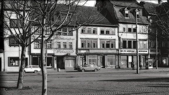 Der menschenleere Domplatz in Erfurt an einem Sonntag 1990.