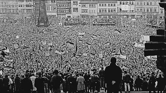 Menschenmassen bejubeln 1990 Helmut Kohl auf dem Erfurter Domplatz.