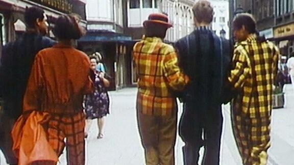 1985 Menschen in bunter Kleidung laufen durch die Innenstadt von Zwickau.