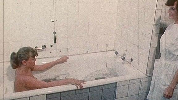 Eine Frau in einer Badewanne