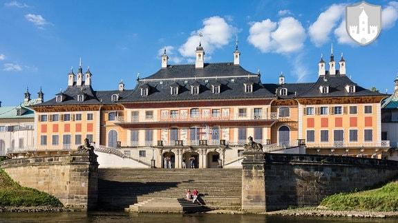 Blick auf das Schloss Pillnitz von der Elbe