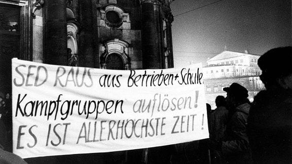 Montagsdemos in Dresden - Demonstranten mit Transparent vor der Hofkirche auf dem Theaterplatz
