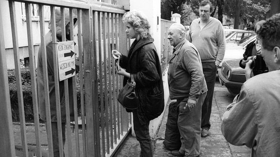 DDR-Flüchtlinge 1989 vor dem Eingang der Deutschen Botschaft in Warschau.