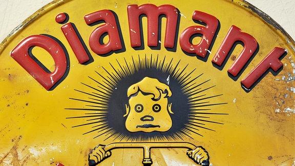 Das Logo des Fahrradherstellers Diamant ist auf einem historischen Emailleschild am Standort in Hartmansdorf zu sehen.