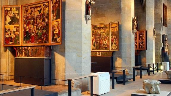 Der Domschatz in einem Teil des Kreuzganges mit Altären im Dom Halberstadt