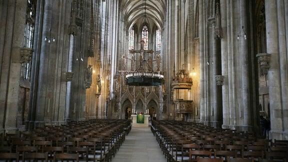 Innenaufnahme des Halberstädter Doms in Richtung Altar.