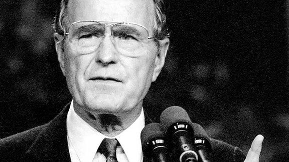 Präsident George Bush sen. mahnt mit erhobenem Zeigefinger während seines Staatsbesuches in Mainz