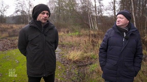 Zwei Männer stehen in der Natur
