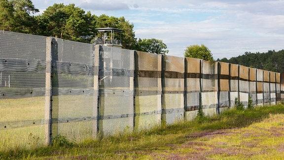 Zaun der ehemaligen DDR-Grenzanlage an der innerdeutschen Grenze, im Hintergrund der US-Beobachtungsturm, Point Alpha, Hessen