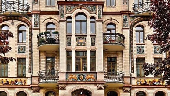 """Dargestellt ist das sogenannte """"Majolika-Haus"""" an der Barbarossa- Str. 50 auf dem Kaßberg. Das Bild wurde kurz nach der Renovierung 2010 aufgenommen."""