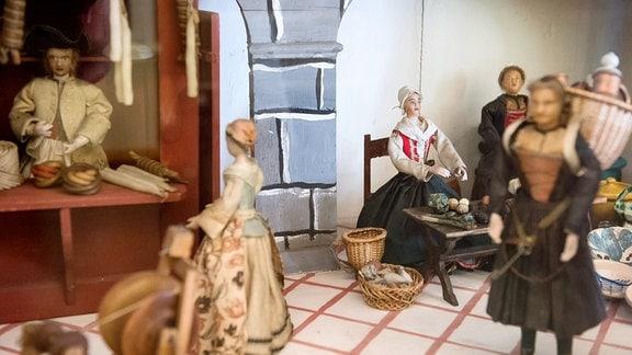 Der Ausschnitt einer Puppenstube aus dem Barock zeigt einen Mittelaltermarkt