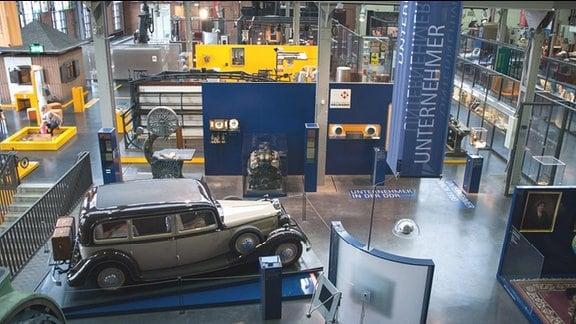 Industriemuseum Chemnitz. Innenansicht, Ausstellung. Im Vordergrund: Abteilung Unternehmer in der DDR. Eine beigefarbene Pullman-Limousine aus den Jahren 1935/1936.