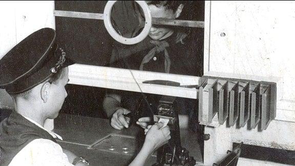 Ein Pionier verkauft 1959 Fahrkarten am Schalter der Pioniereisenbahn im Küchwald in Karl-Marx-Stadt