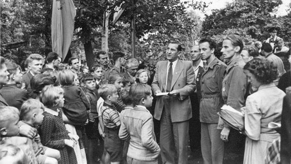 Zur Eröffnung der Pioniereisenbahn im Küchwald von Karl-Marx-Stadt am 13. Jun 1954 sind zahlreiche Besucher gekommen.