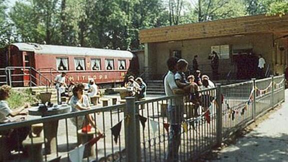 Am Pionierbahnhof Freundschaft der Pioniereisenbahn Karl-Marx-Stadt steht auch ein Mitropa-Wagen.