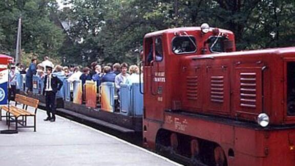 Die Pioniereisenbahn in Karl-Marx-Stadt wurde mit roten Lokomotiven betrieben.