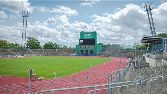 Sportforum Chemnitz. Stadion mit Rasenfläche und Laufbahnen. Die Zuschauerränge sind Stehplätze.