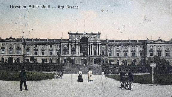 Historische Aufnahme des Paradeplatzs vor dem Hauptgebäude der Kaserne.