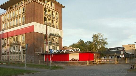 Einfahrt zum Fabrikgelände des ehemaligen VEB Strömungsmaschinen.