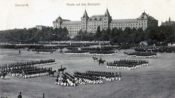 Militärparade auf dem Alaunplatz.