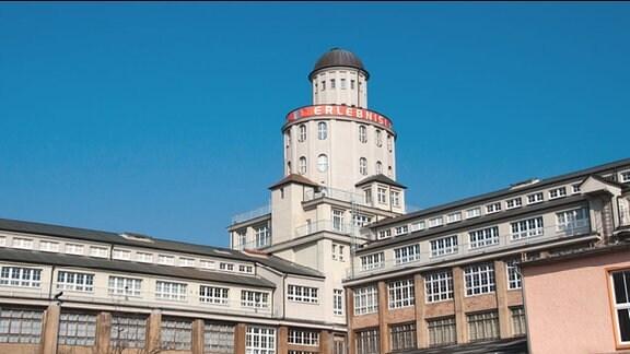 Helles Eckgebäude mit Turm auf Ecke