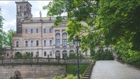 Schloss Albrechtsberg zu Dresden. Schloss mit Turm, Terrasse und kleinem Schlossteich. Auffahrt zum Schloss.
