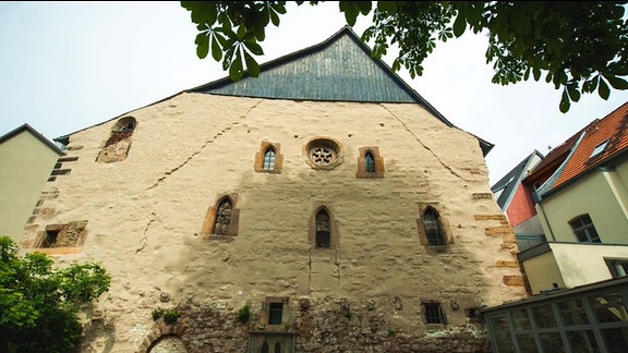 Alte Synagoge in Erfurt. Giebelseite des verputzten Fachwerkhauses, einige kleine Fenster