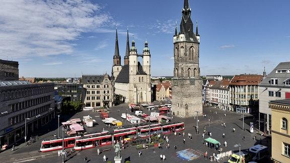 Der Marktplatz in Halle mit Rotem Turm und Marktkirche St. Marien
