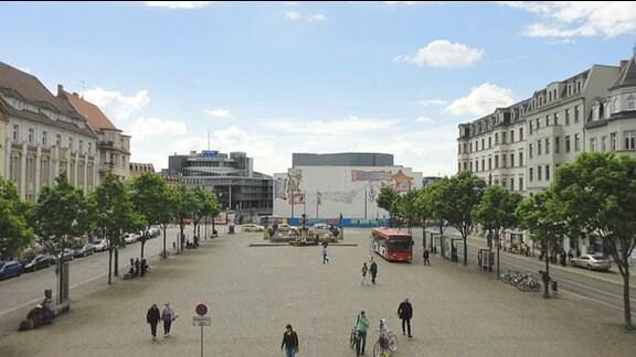 Marktplatz in Halle/Saale. Links und rechts: Häuserzeilen und Bäume. Im Hintergrund: Hörfunkzentrale des MDR.