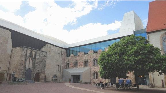 Moritzburg in Halle/Saale. Innenhof der Burg. Alte, erhaltene Mauerteile mit moderner Architektur kombiniert. Freisitz