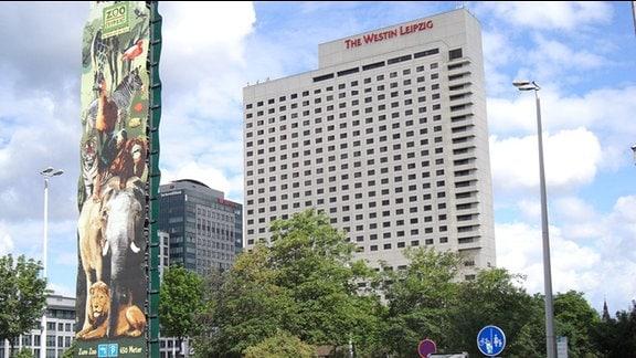 Blick auf das höchste Hotel von Leipzig von der Ecke Gerberstraße/Goerdelerring, links im Vordergrund wirbt ein großer Wegweiser für den Zoo in der Nähe, neben dem Hotel entstand ein neues Bank-Hochhaus, Aufnahme Juni 2014
