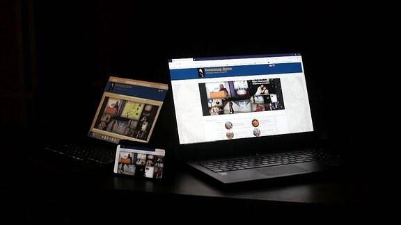 Mehrere Computerbildschirme in einem dunklen Raum