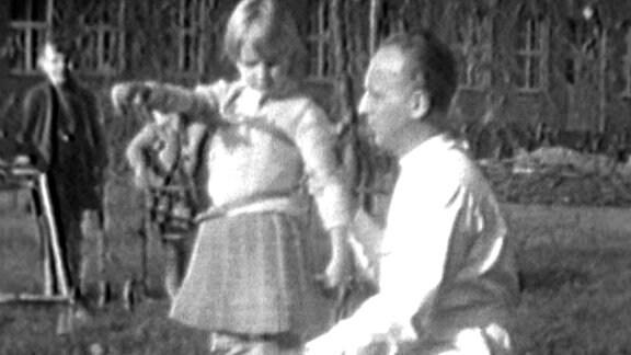 Arzt mit einem an Polio erkranktem Kind