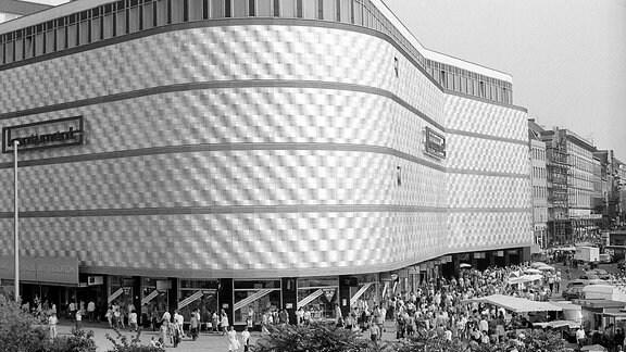 Konsum Warenhaus am Brühl, die Blechbüchse in Leipzig. Aufgenommen am 01.06.1990