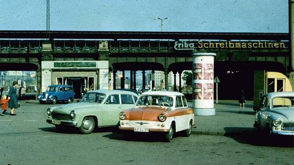 Alte Autos, Erika-Schreibmaschinen und die Drogerie Arnhold am Dresdner Hauptbahnhof ca. 1962.