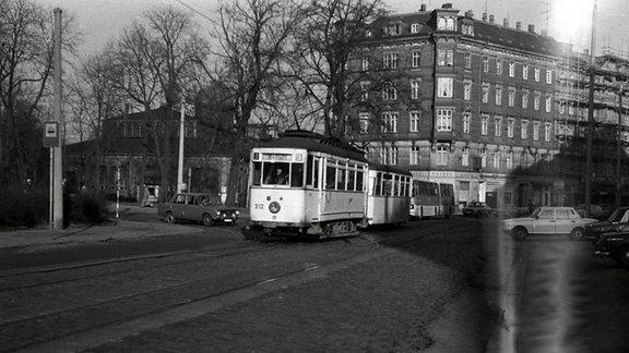Herbst 1985 in Chemnitz . Wilhelm-Pieck-Straße vor dem Neubau . Es liegen noch zwei Schmalspurgleise sowie der Abzweig zum Kassberg rauf.