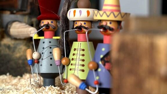 Besonders im sächsischen Raum zieren dann zur Adventszeit Figuren aus dem Erzgebirge die Stube. Einer der garantiert nicht fehlen darf: Das Raachermannl