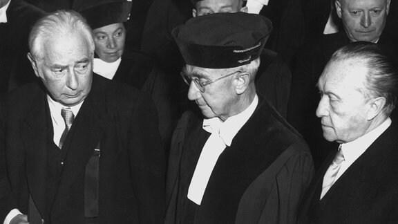 Adenauer und Heuss bei der Eröffnung des Bundesverfassungsgerichts